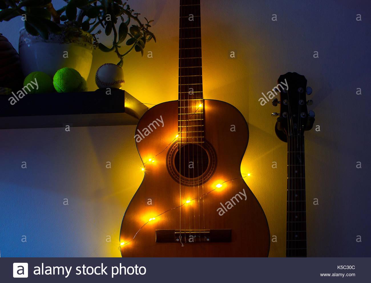 Accrocher Sa Guitare Au Mur Meilleur De Photos Guitar Rack S & Guitar Rack Alamy