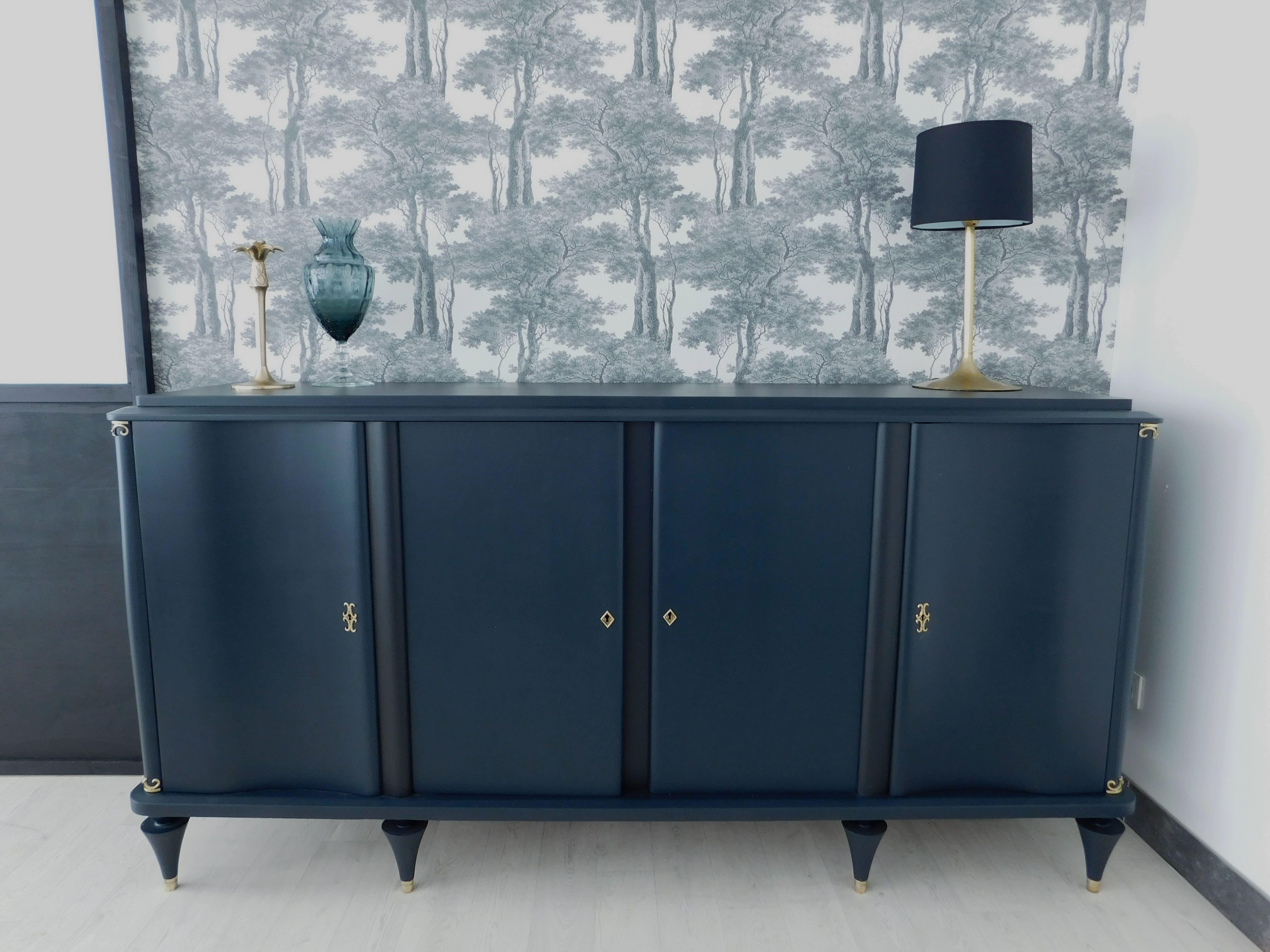 Buffet Peu Profond Nouveau Galerie Enfilade Art Déco Bleu Foncé Avec Détails Laiton Pour Un Esprit