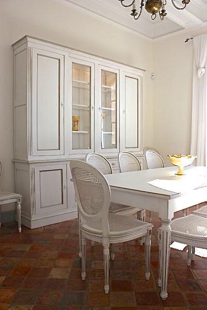 Coup De soleil Mobilier Frais Galerie Vaisselier Et Table De Salle  Manger Blanche Avec Chaise Médaillon